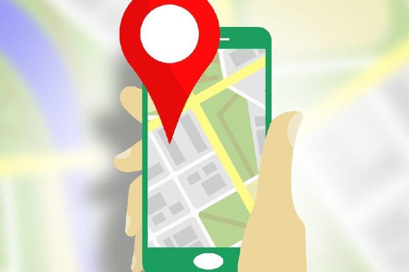 GPSの位置情報をスマホで確認しているイラスト